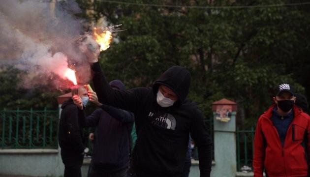 Офіс Медведчука у Києві закидали петардами та димовими шашками