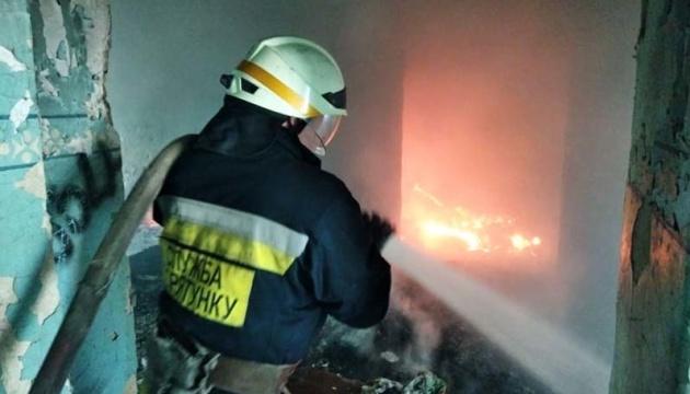 Рятувальники ліквідували пожежу в покинутій будівлі у Дніпрі