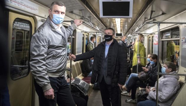 Klitschko toma el metro y evalúa la situación