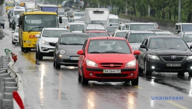 В Україні з 1 жовтня водії автомобілів мають їздити з увімкненими фарами
