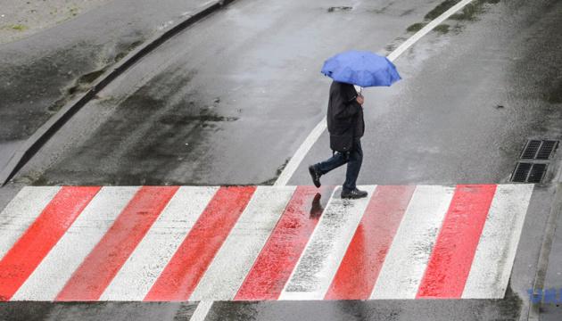 Лето не торопится: в Украине прогнозируют дожди, грозы и сильный ветер