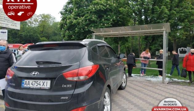 У Києві автівка влетіла у зупинку, є постраждалий