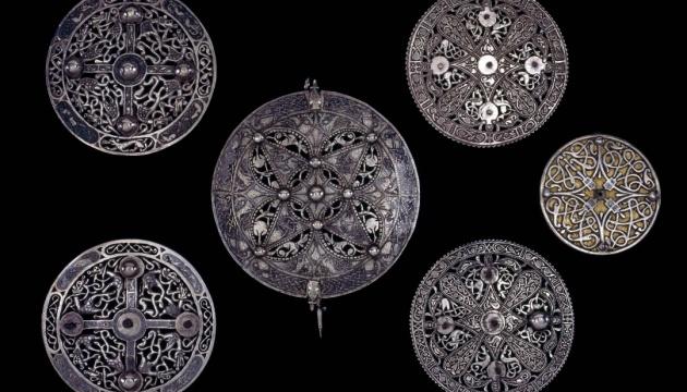 У Британії знайшли срібну брошку віком понад тисячу років