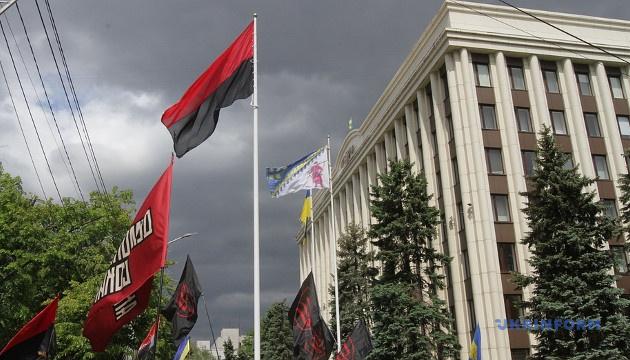 На флагштоці біля Дніпропетровської ОДА активісти підняли червоно-чорний прапор