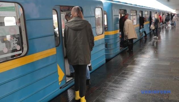 У столичному метро багато людей навіть не в час пік