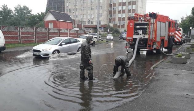 Через дощ зупинили рух транспорту у Дніпровському районі столиці