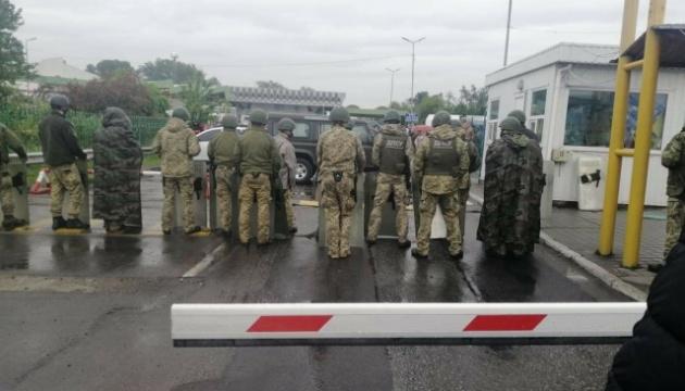 Глави ДПСУ та Держмитслужби вилетіли до водіїв, які заблокували КПП