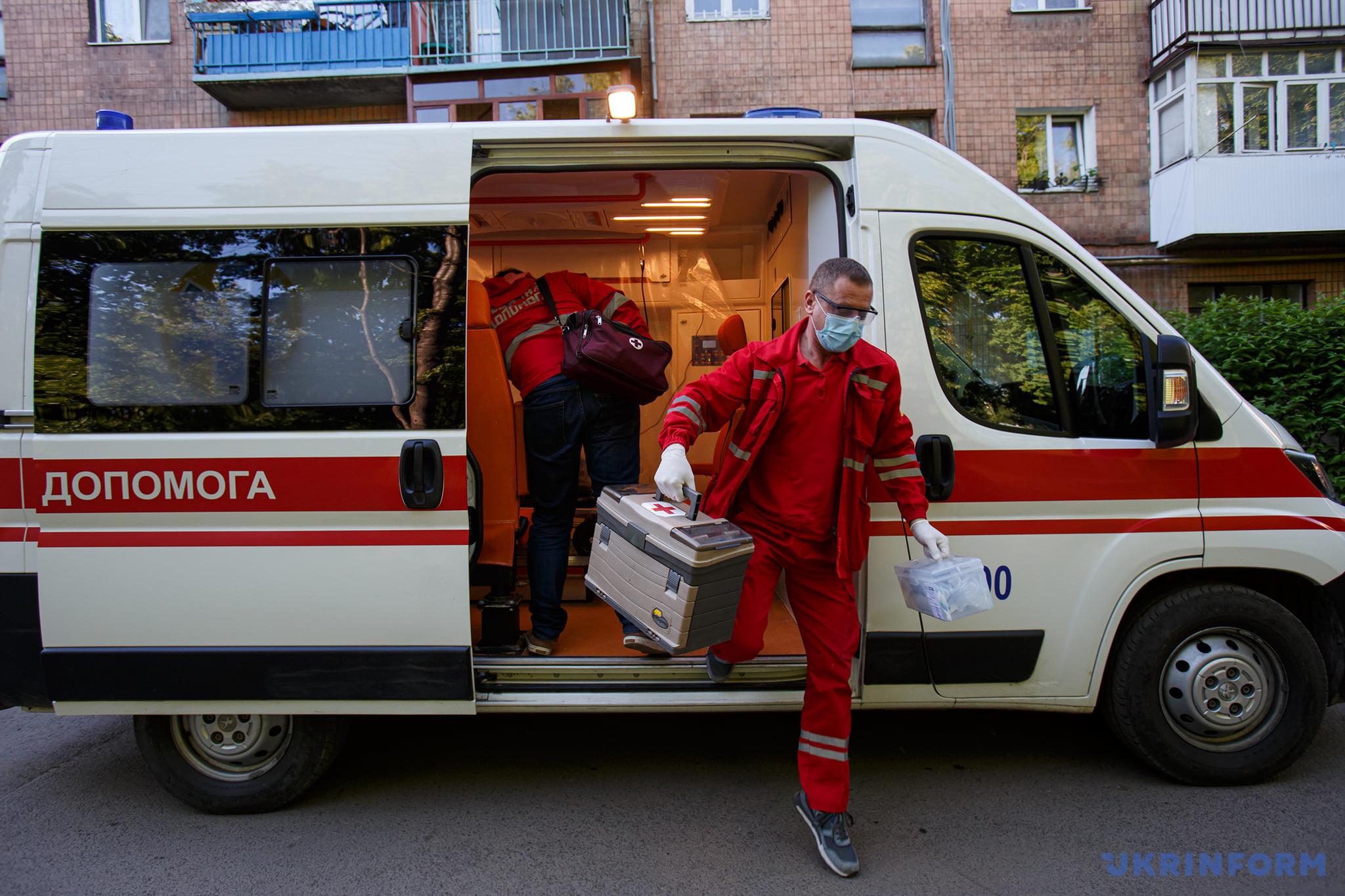 фельдшер Микола Головчак вискакує з машини біля будинку, до якого приїхали за викликом