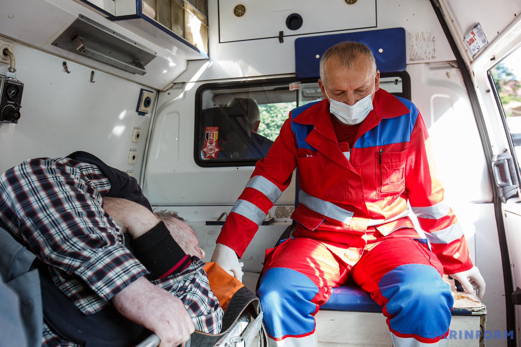 Фельдшер Іван Куцин та хворий з підозрою на перелом ноги по дорозі в травмпункт