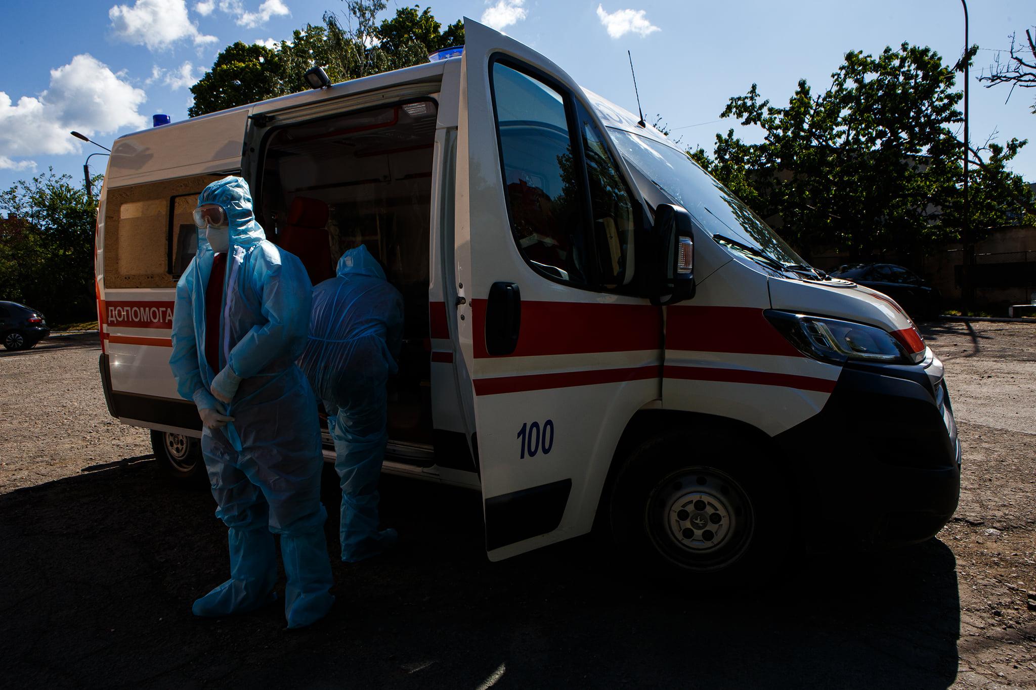 фельдшер Микола Головчак та лікар Андрій Семедій одягаються перед виїздом на виклик з підозрою на Covid-19