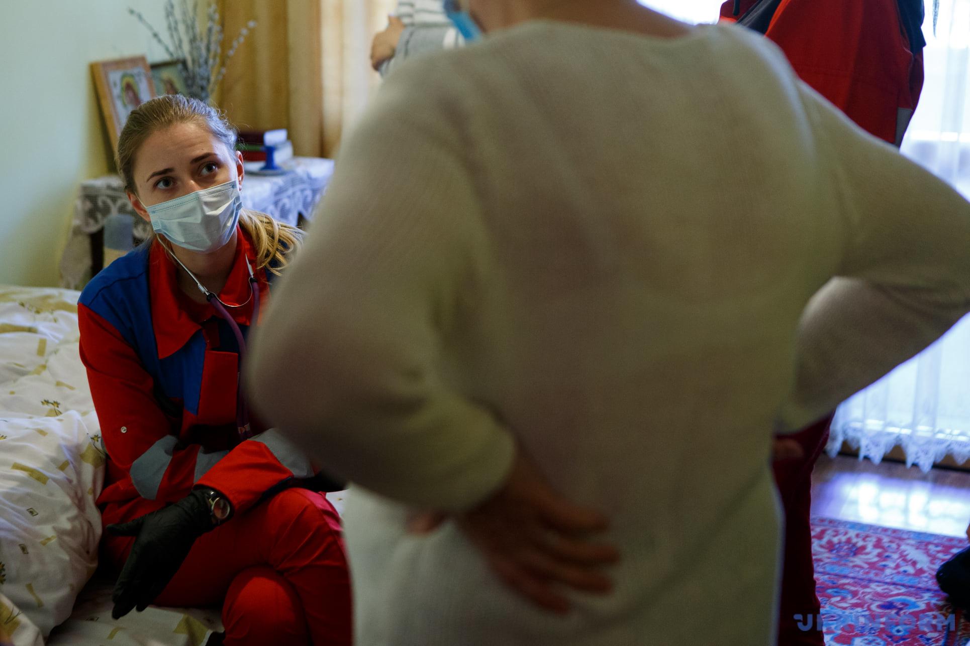 Лікар Христина Рішко спілкується із родичами хворої