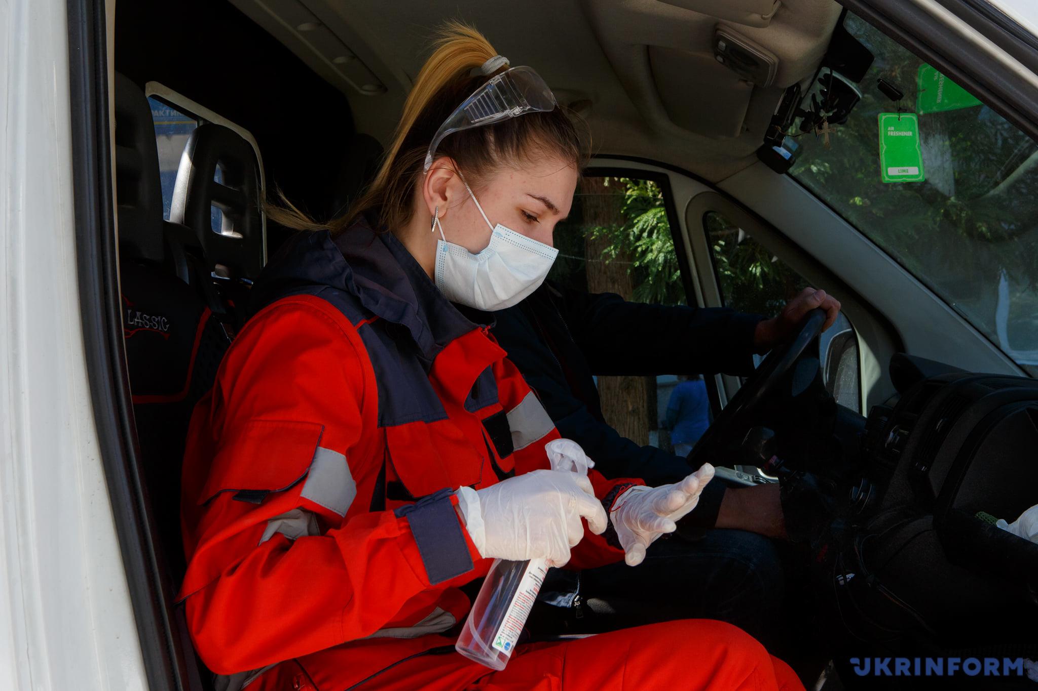 фельдшер Маріанна Мишанич дезінфікує руки після контакту з хворими