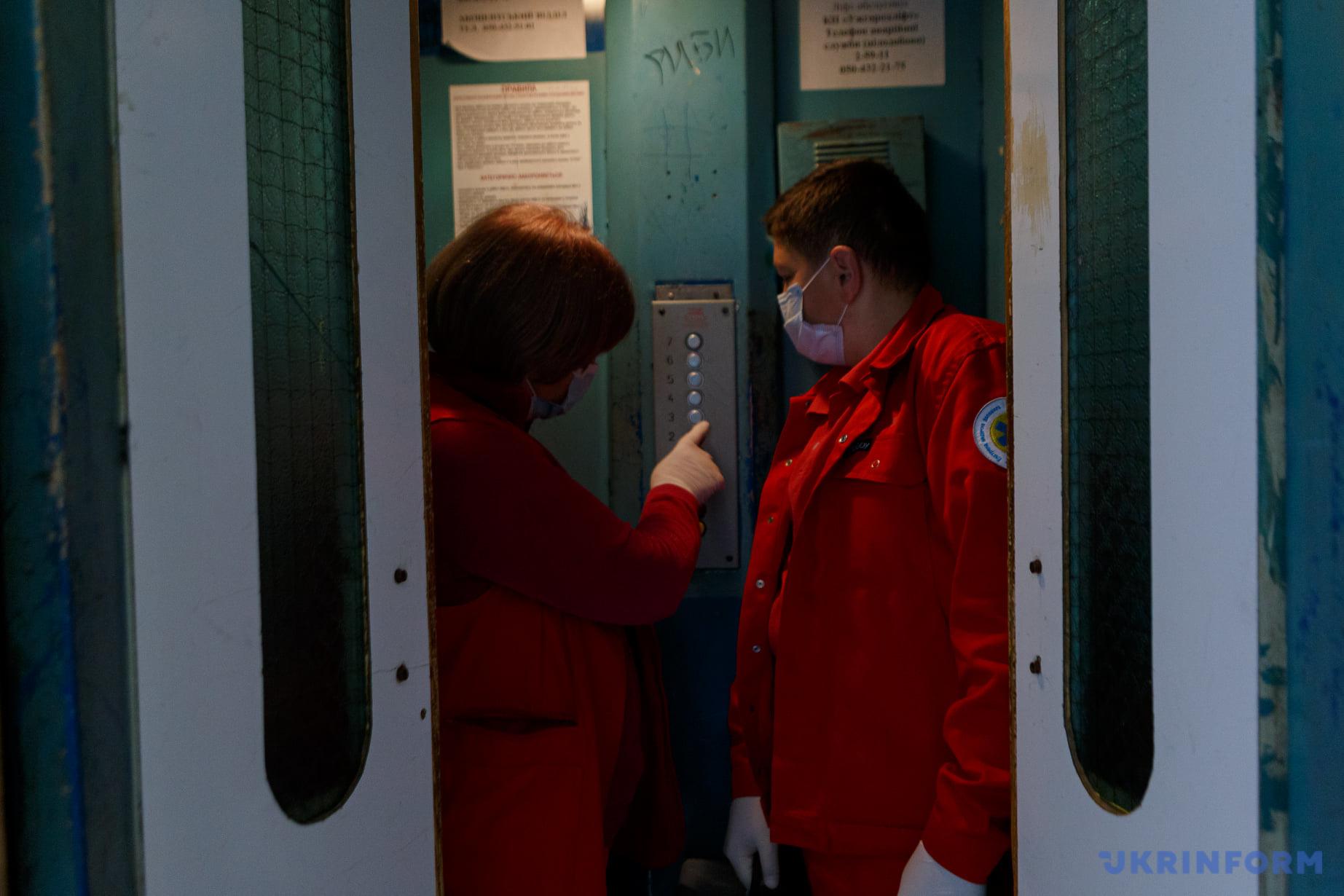 Лікар Марія Славік (ліворуч) та фельдшер Мирослав Семйон в ліфті будинку