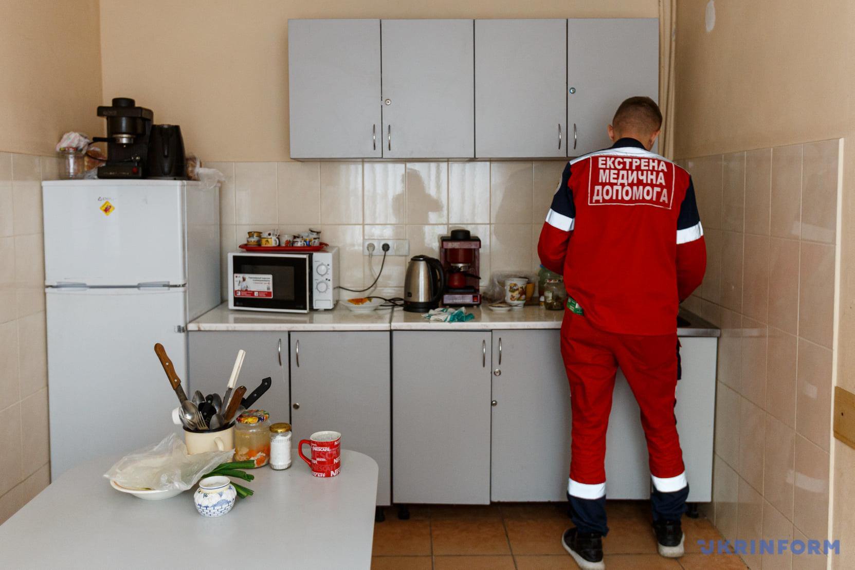працівник екстреної медичної допомоги на кухні станції
