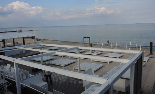 Фото: На пляжі дозволено зводити лише тимчасові збірно-розбірні споруди