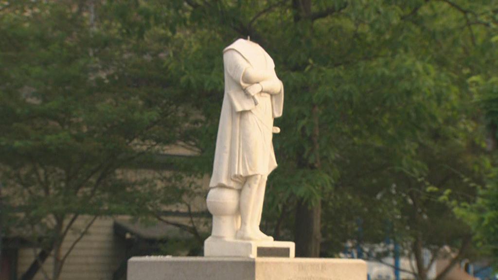 Обезглавленный памятник Колумбу в США