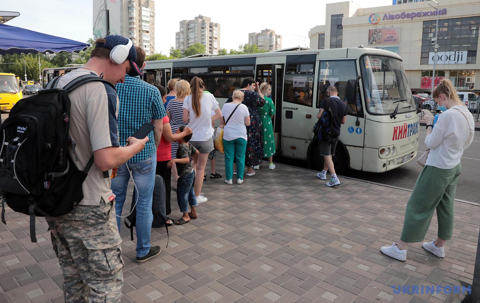 Спрей може бути корисний там, де людям важко тримати дистанцію / Фото: Геннадій Мінченко, Укрінформ