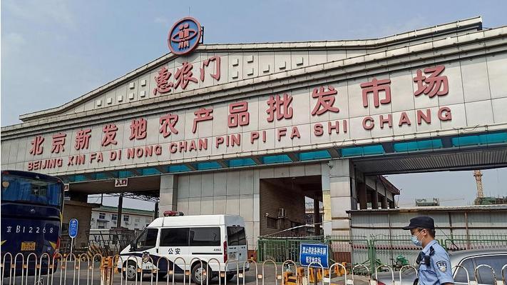 У Пекіні посилили карантинні заходи через спалах COVID-19 на гуртовому ринку Сіньфаді