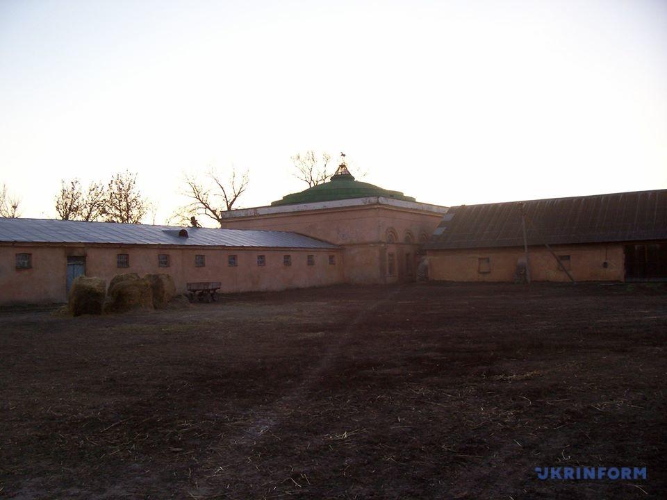 Деркульський КЗ. Двір стайні