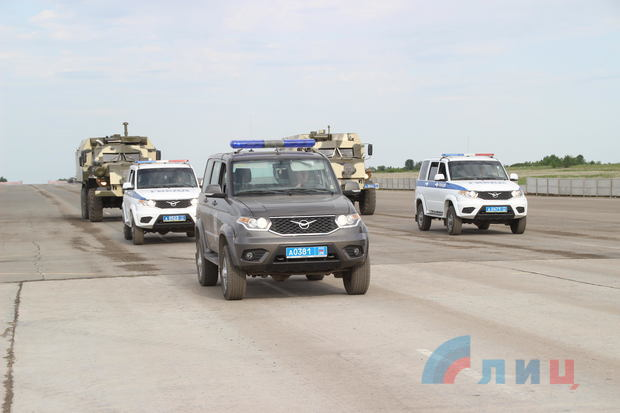 Російські УАЗ-3163 та інша бронетехніка під час репетиції параду сил, так званої