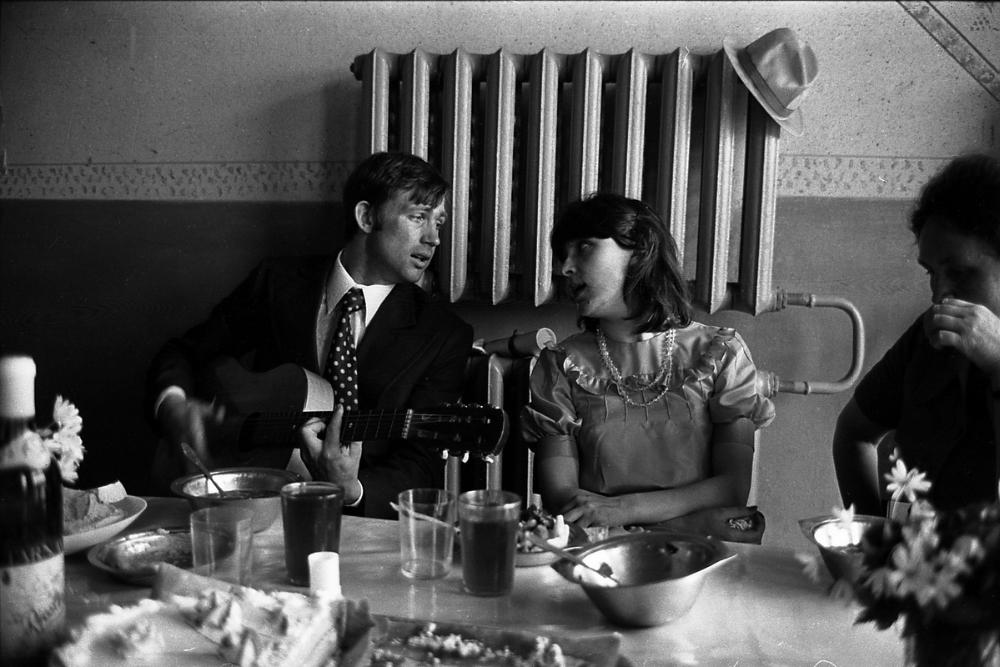 Сельская свадьба. Кузбасс, 1979 год. Стол очень бедный — какой-то суп из казенных металлических тарелок, чай либо компот из сухофруктов в стаканах