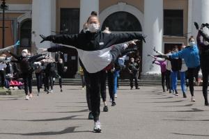 Гимнасткам Школы Дерюгиных проишлось тренироваться на улице