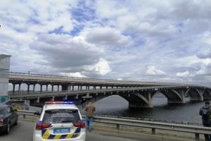 У Києві перекрили міст Метро - чоловік з пакетом погрожує вибухом