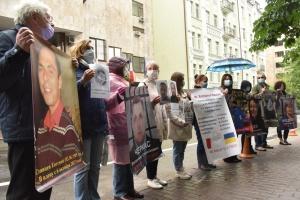 """Родичі полонених в """"Л/ДНР"""" мітингували під посольством Франції в Україні"""