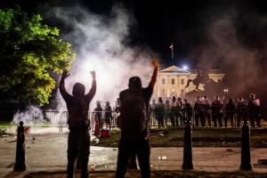 Протест под Белым домом разогнали резиновыми пулями и слезоточивым газом