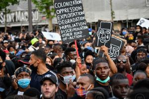 В Париже десятки тысяч людей вышли на акцию против полицейского насилия