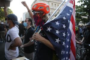Участников протестов в США призвали пройти дополнительное тестирование на COVID-19