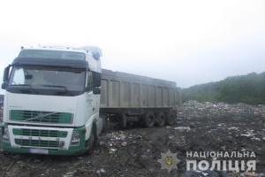 На Київщині затримали три вантажівки із львівським сміттям