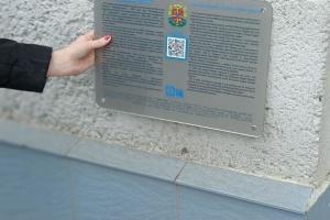 Туристические объекты Житомирщины получили таблички с QR-кодом и шрифтом Брайля