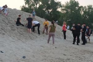 В Киеве спасли ребенка, которого засыпало песком