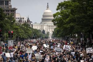 В США продолжаются протесты: силы безопасности заблокировали подход к Белому дому