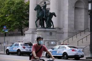 Невакцинированных медиков Нью-Йорка могут уволить - кем их заменят