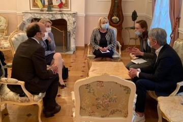 Tkachenko se reúne en París con la presidenta de Versalles