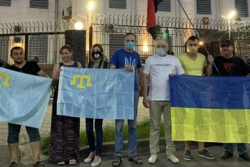 Krymscy Tatarzy i Ukraińcy zorganizowali protest z okazji Dnia Rosji pod ambasadą rosyjską w Kijowie