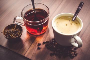 Médicos desaconsejan tomar té, café y alcohol cuando hace calor