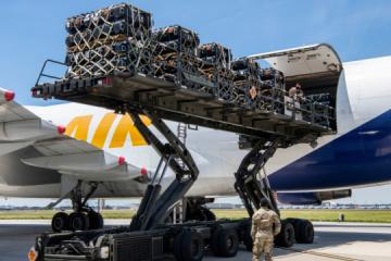Estados Unidos carga equipo militar en aviones para enviar a Ucrania