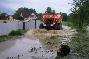 Inondations en Ukraine : 550 foyers restent inondés, 83 ponts sont détruits