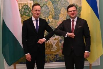 Titulares de Exteriores de Ucrania y Hungría se reúnen en Kyiv