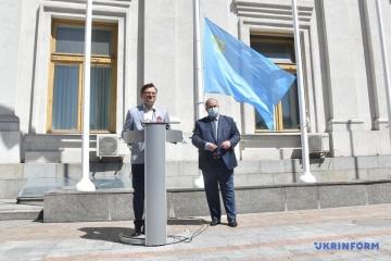 Kuleba, Czubarow i Dżemilew zawiesili flagę krymsko-tatarską w pobliżu budynku Ministerstwa Spraw Zagranicznych