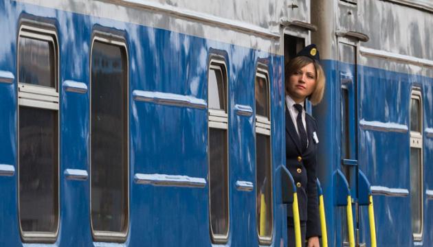 Укрзализныця возобновила посадку пассажиров на двух