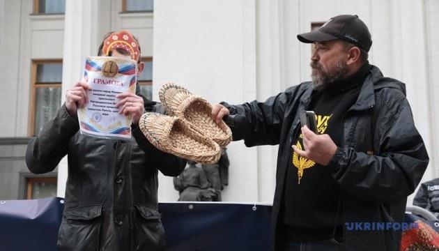 Під Радою проходить акція проти перегляду мовного закону