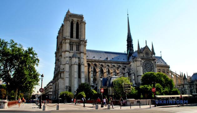 Площу біля собору Паризької Богоматері відкрили для відвідування