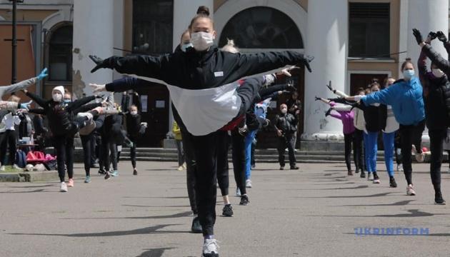 Гімнасткам Школи Дерюгіних довелося тренуватися просто неба