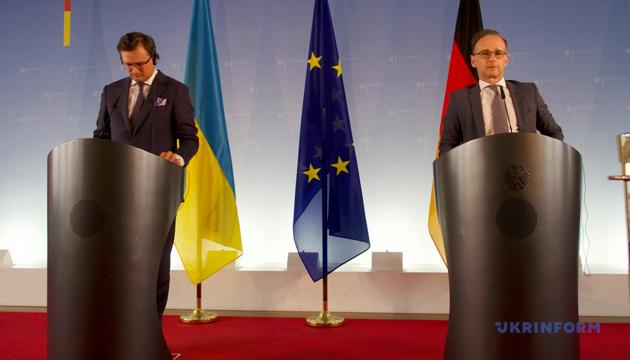 Кулеба запросив Мааса провести відпустку в Україні