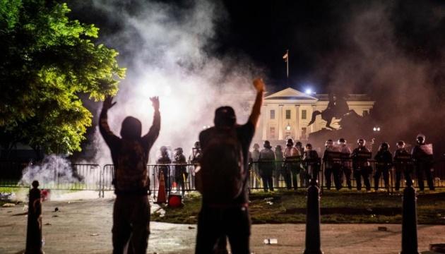 Протест під Білим домом розігнали гумовими кулями і сльозогінним газом