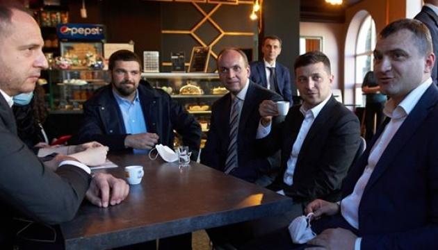 Крутой кофе в Хмельницком: Зеленский прогулялся по центру города